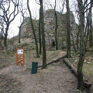 6.1.2007  12:33 / Infotabuľa a smetné koše na hrade zostali nepoškodené
