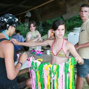17.7.2007  19:24, autor: Teoretik / Príprava kostýmov na večerné divadlo