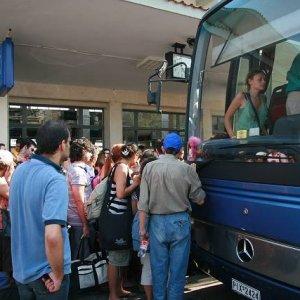 26.8.2007  15:57, autor: Teoretik / Rozvášnený dav nastupuje do jedného z autobusov