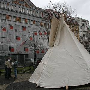 8.11.2007  9:27, autor: Teoretik / Týpí na Hviezdoslavovom nám. - v pozadí budova veľvyslanectva