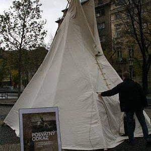 Stavanie týpí pred veľvyslanectvom USA (8.11.2007)