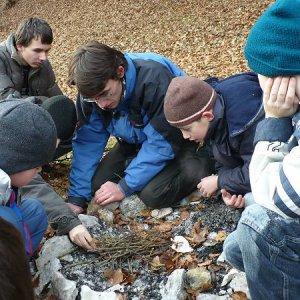 15.12.2007  12:39, autor: Amigo / Založiť oheň z mokrého dreva nie je len tak...