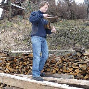 ...pomohli sme nosiť drevo do skautiaku, aby bolo čím kúriť...