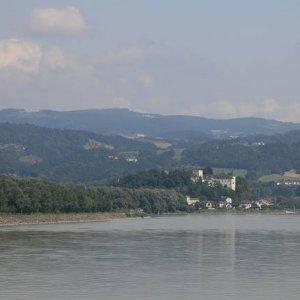 21.8.2008  12:53, autor: Teoretik / Tok rieky je lemovaný hradmi