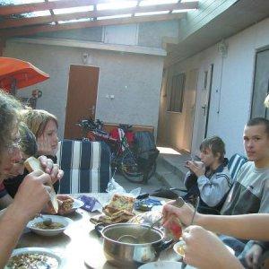 18.10.2008  15:34, autor: Mimi / Chutný obed v krásnej záhrade. Komu bolo lepšie?