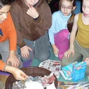 8.11.2008  17:43, autor: Amigo / Keďže tma prišla skoro, začali sme si robiť masky...