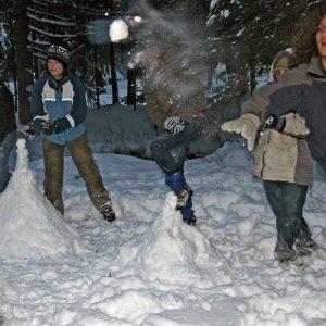 15.2.2009  17:02, autor: Teoretik / Snehové vežičky sa následne zostreľovali