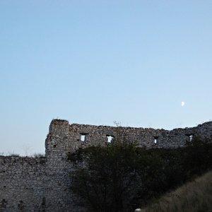 25.9.2009  18:51, autor: Ivana / Mesiac nad hradbou