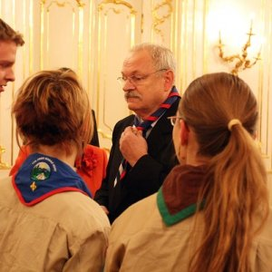 13.12.2009  17:10, autor: Marián Suvák / Prezident SR Ivan Gašparovič dostáva ako jeden z darov skautskú šatku