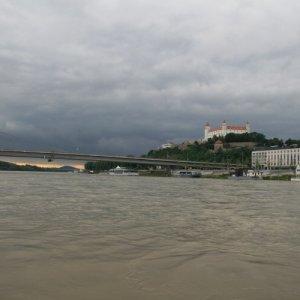 30.7.2010 18:27 / Bratislavský hrad z hladiny Dunaja (Bratislava Castle from Danube River)