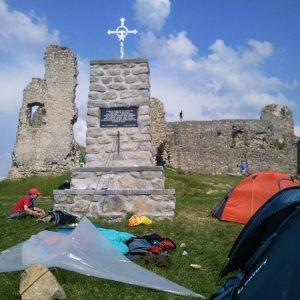 4.6.2011 15:59, autor: MartinKa / Gepa a Vaniš využili k stavbe prístrešku aj pamätnik umučených prostestantov