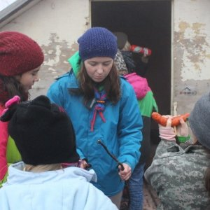 19.12.2015 13:42, autor: Lucia / Mirka pomáha chystať klobásky