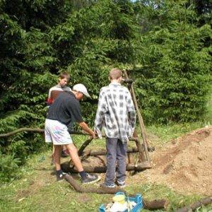 ...Havran, Ježko a Aďo stavajú latrínu...