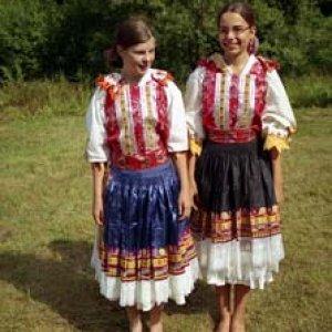 Mimi a Peťu sme nahovorili, aby si obliekli slovenské ľudové kroje