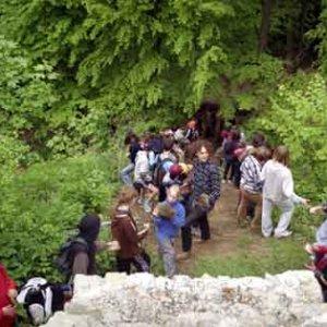 Nad strmým kopcom už vďaka skautom stojí nový múr
