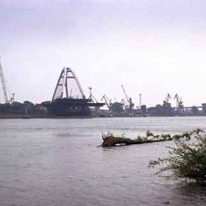 Otáčanie mosta - pohľad z Petržalky
