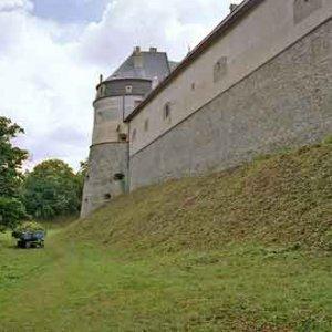Svah hradnej priekopy bol pôvodne porastený krovím