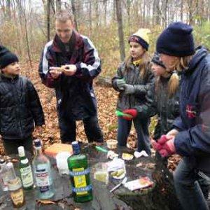 Úlohou bolo zjesť kelímok lekváru, 2 uhorky a balíček slaných tyčiniek