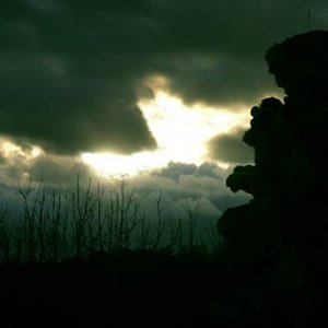 Bizardné, zubom nahlodané skaly steny hradu Dobrá Voda
