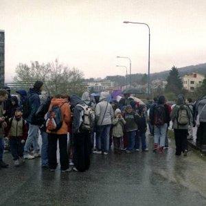 """1.9.2005  17:00 / Na zlváštnom moste len tak """"pohodenom"""" v meste sa stretol hlúčik ľudí"""