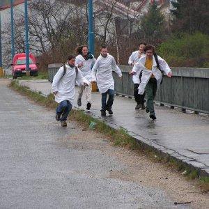 9.4.2005  9:27 / Zrazu pribehli piati psychiatri
