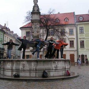9.4.2005  11:59 / Lastovičky na Rolandovej fontáne